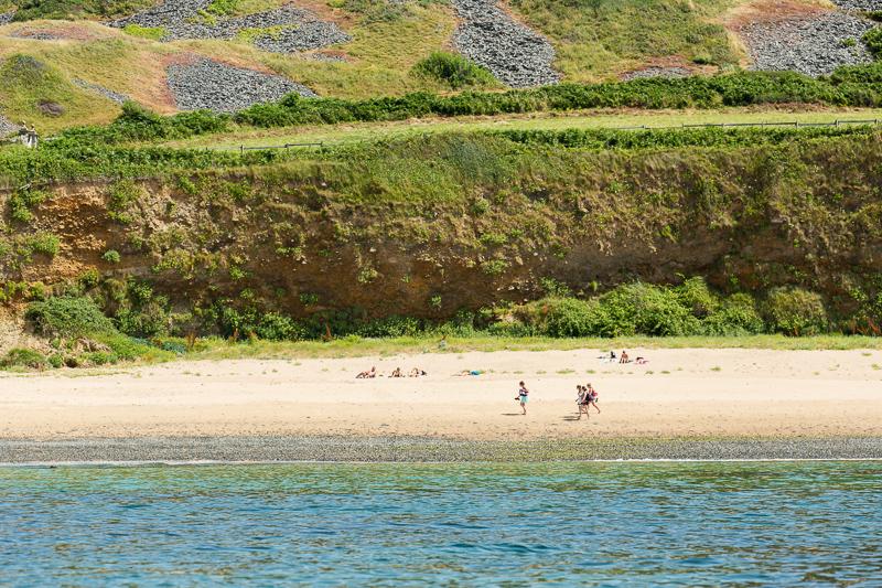 La plage du Platé relie Siouville à Port Diélette.