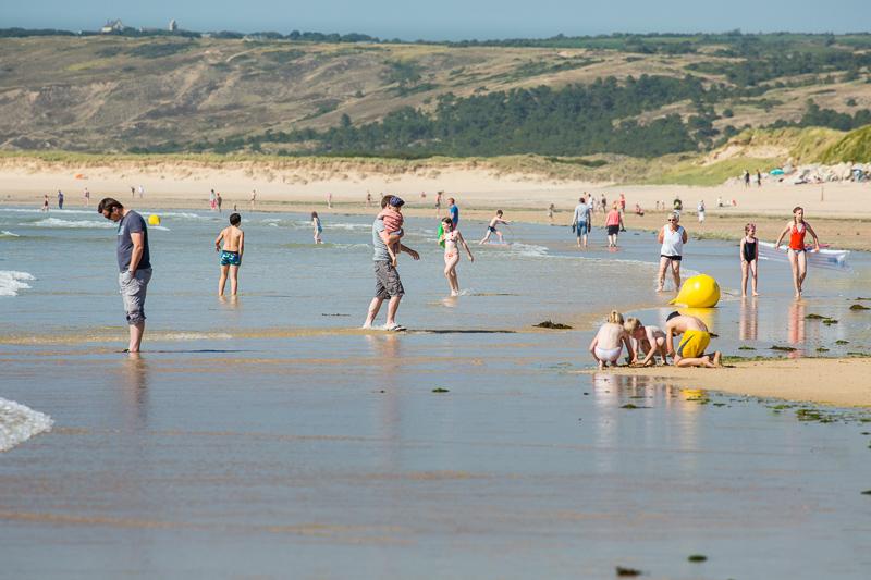 La grande plage de Siouville est surveillée l'été.