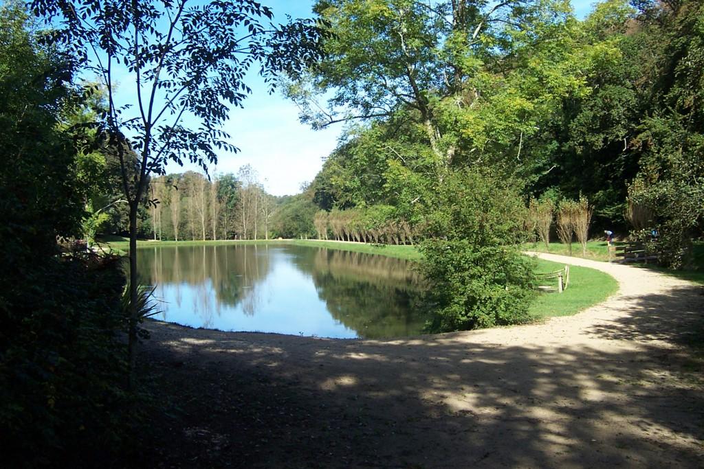 L'étang du Pont Helland accueille chaque année une chasse aux oeufs de Pâques.